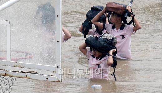 [사진]8월 이달의보도사진상 '책가방 머리에 얹고'