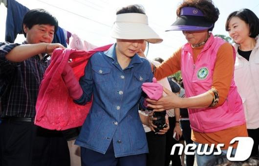 [사진]박근혜 '오늘은 수해 복구'