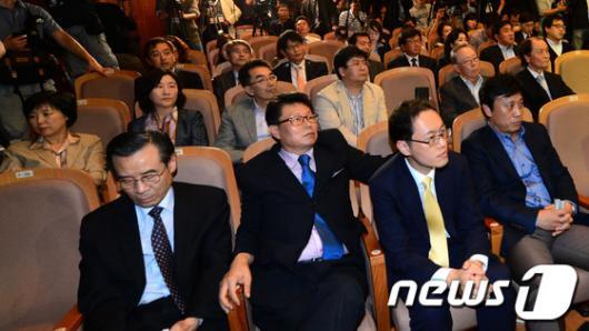 [사진]안철수 원장 출마 선언 경청하는 참석자들