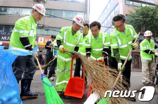[사진]환경미화원들과 함께 청소하는 김황식 국무총리