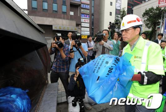 [사진]김황식 총리, 환경미화원 격려 방문