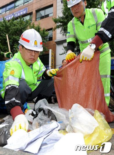 [사진]환경미화원들과 함께 청소하는 김황식 총리