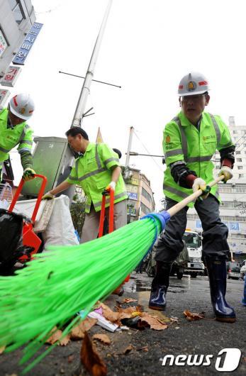 [사진]바닥 청소하는 김황식 총리
