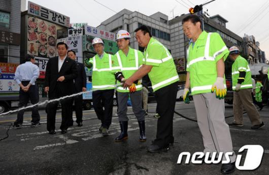 [사진]환경미화원들과 함께 물청소하는 김황식 총리