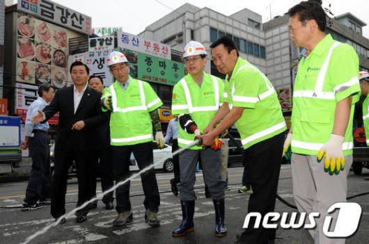 [사진]물청소하는 김황식 총리