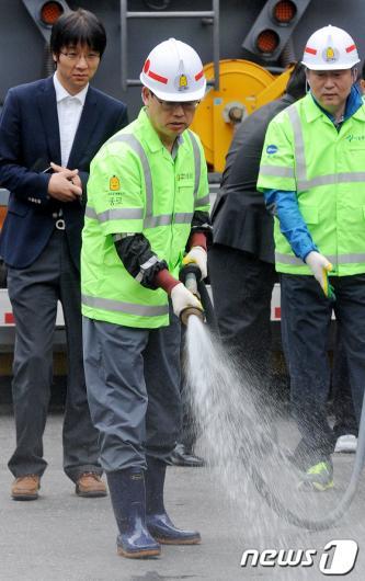 [사진]김황식 총리, 일일 환경미화원