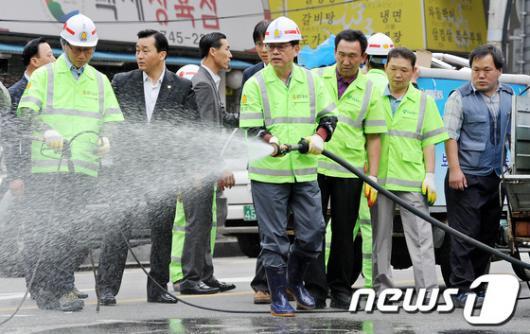 [사진]환경미화원 현장 방문해 청소하는 김황식 총리