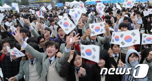 [사진]독도 만세 외치는 학생들