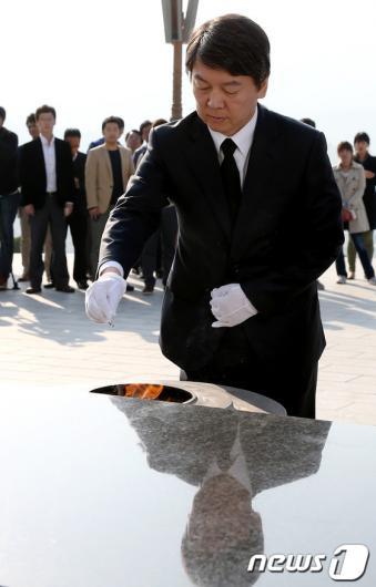 [사진]분향하는 안철수 후보
