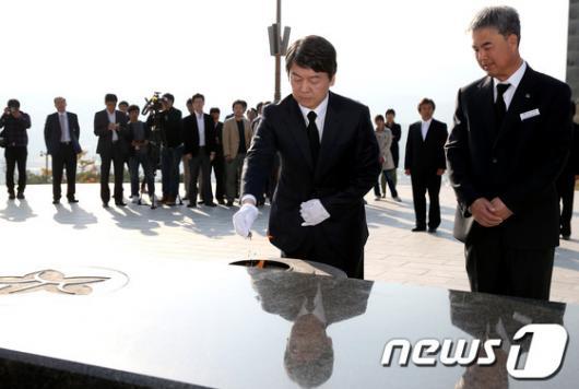 [사진]안철수 후보, 국립3.15민주묘지 참배