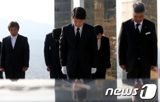 [사진]국립3.15민주묘지 참배하는 안철수 후보