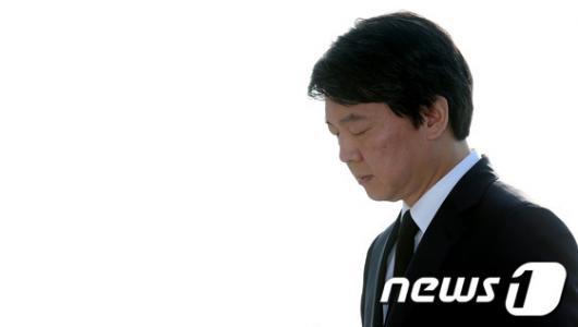 [사진]묵념하는 안철수 후보