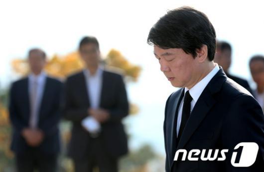 [사진]3.15민주묘지 참배하는 안철수 후보