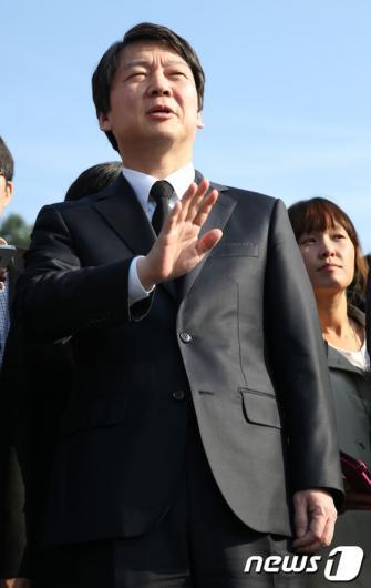 [사진]참배 마친 안철수 후보