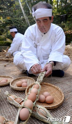[사진]'옛날식 계란 꾸러미 만들기'