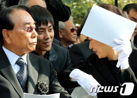 [사진]은지원과 이야기 나누는 박근혜 후보