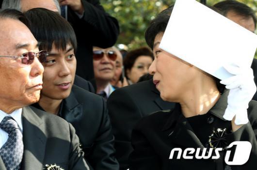 [사진]박근혜, '지원이 오랫만이네'