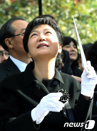 [사진]박근혜, '그리운 아버지'