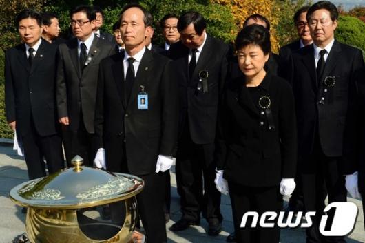 [사진]朴 前 대통령 추도식, 추념하는 참석자들