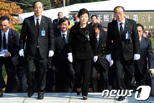 [사진]朴 前 대통령 추도식 참석한 박근혜