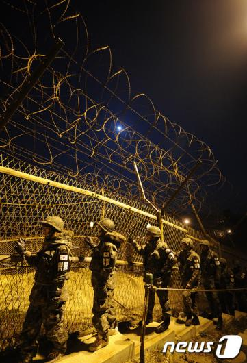 [사진]곰신들, 야간 GOP 철책 경계근무 체험