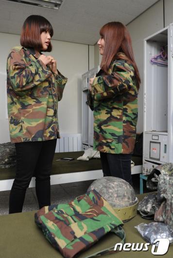 [사진]군복으로 갈아입는 곰신들