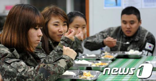 [사진]군대에서 밥먹는 곰신들