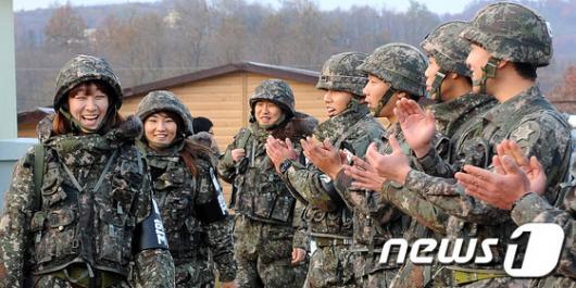 [사진]곰신들 환영하는 현역군인들