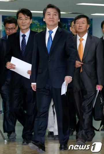 [사진]교육정책 발표 위해 기자실 들어오는 안철수 후보