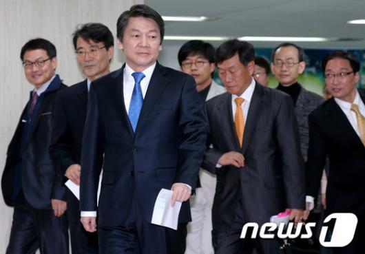 [사진]교육정책 발표 위해 기자실 들어온 안철수 후보