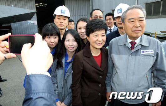 [사진]박근혜 후보, 조선업체 직원들과 한컷