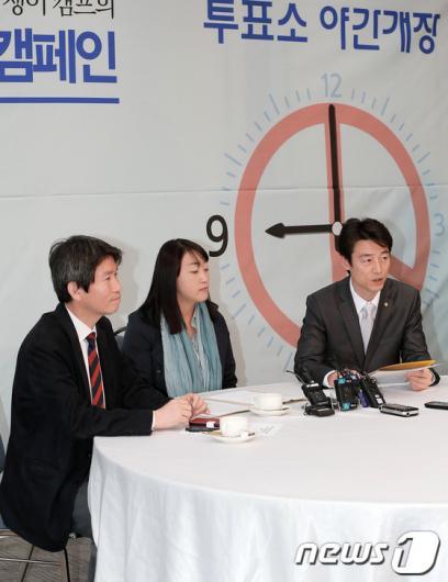 [사진]문재인-안철수 후보, '투표시간 연장' 공동 캠페인 합의