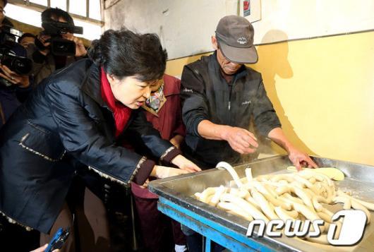 [사진]박근혜 후보의 가래떡 뽑는 솜씨