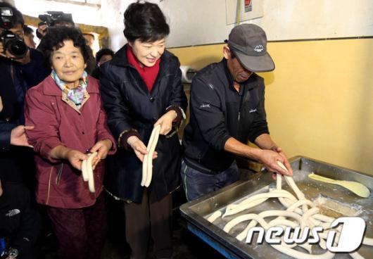 [사진]가래떡 뽑는 박근혜 후보