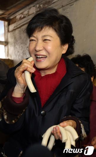 [사진]5일장 간 박근혜 후보, '가래떡이 맛있네요'