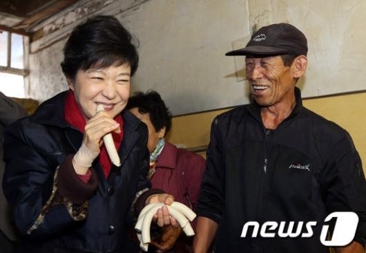 [사진]박근혜 후보, '가래떡 맛있네요'