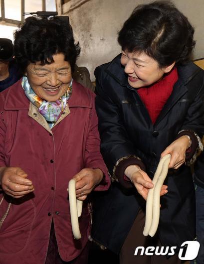 [사진]박근혜 후보, '방앗간 손님 많아요(?)'