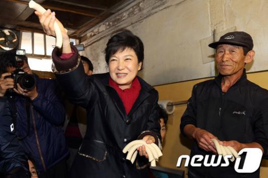 [사진]박근혜 후보, '가래떡 드세요'