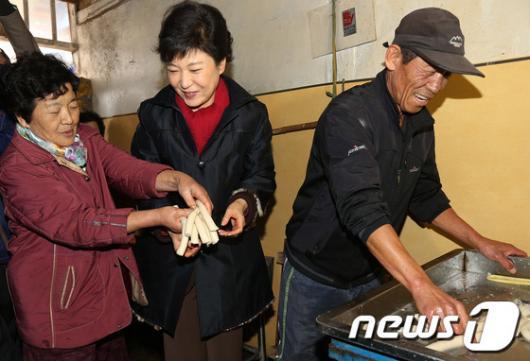 [사진]시골 방앗간 간 박근혜 후보