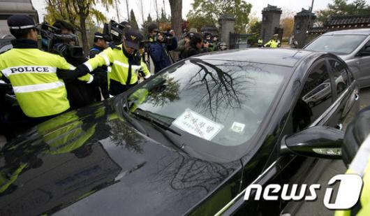[사진]청와대 경호처 압수수색 들어가는 특검 차량