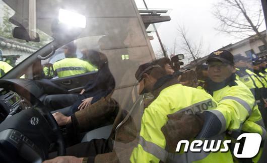[사진]경찰 보호 속 경호처 압수수색 들어가는 특검팀