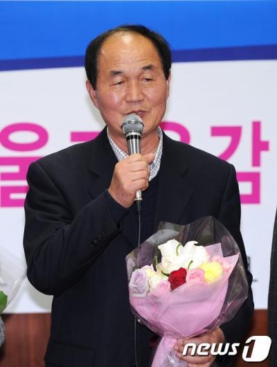 [사진]소감 밝히는 진보진영 이수호 단일후보