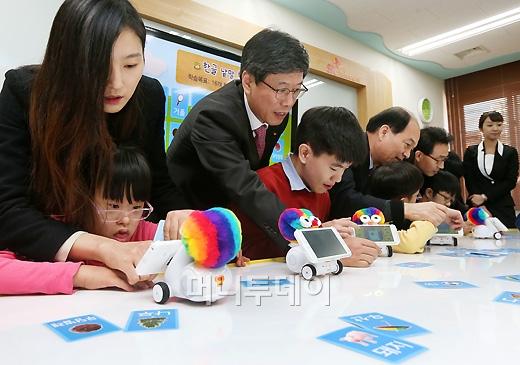 [사진]SK텔레콤, '스마트로봇으로 장애학생들 지원'