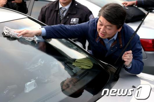 [사진]택시 세차하는 안철수 후보
