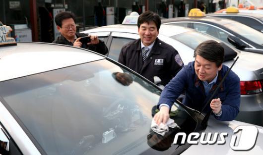 [사진]택시 유리창 닦는 안철수 후보