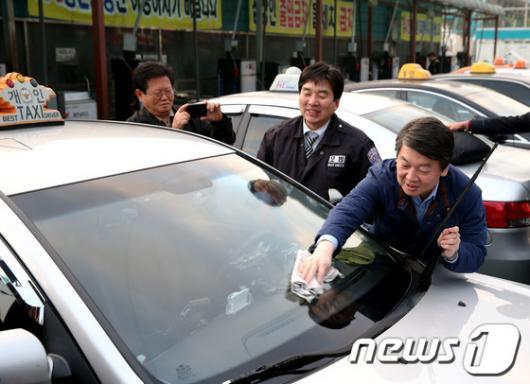 [사진]택시 세차 돕는 안철수 후보