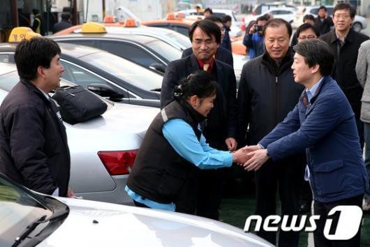 [사진]택시기사들 만난 안철수 후보