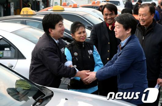 [사진]택시 기사들 만난 안철수 후보