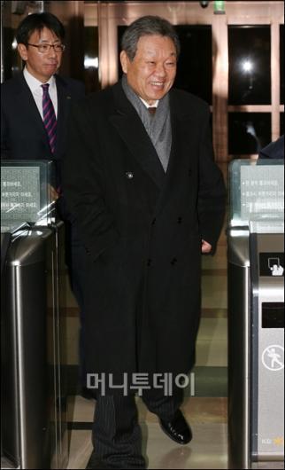 [사진]KB, ING생명 인수 무산...귀가하는 어윤대 회장