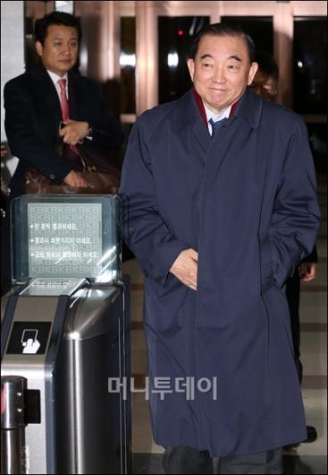 [사진]귀가하는 이경재 KB금융지주 이사회 의장